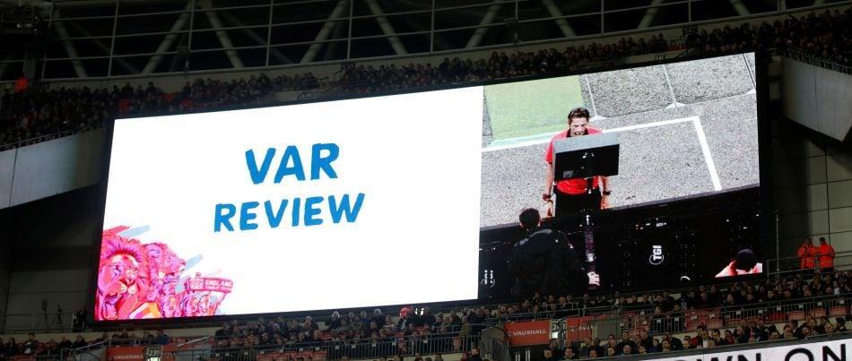 Неук рефер спестил червения картон на Пикфорд в мача с Ливърпул 1