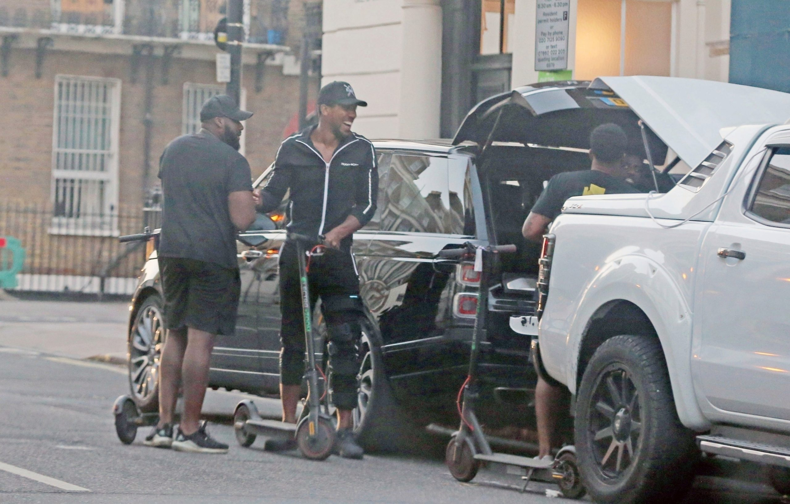 Антъни Джошуа заснет да носи шина на левия крак 1