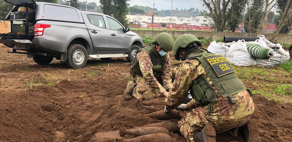 Спецчасти обезвредиха 20 бомби в база на Рома 1