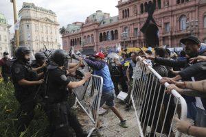 Футболни фенове и полиция се сбиха на поклонението на Марадона