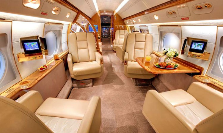 Меси превозва аржентинците, играещи в Европа, със своя самолет 1