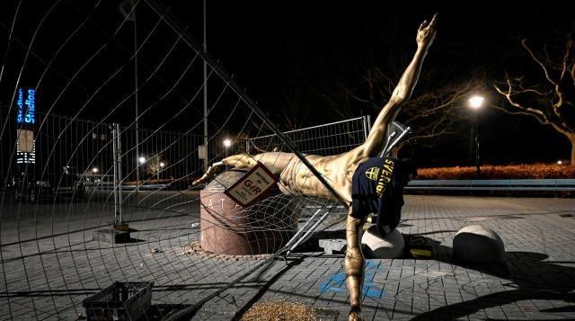 Статуята на Златан Ибрахимович беше срязана от глезените и свалена
